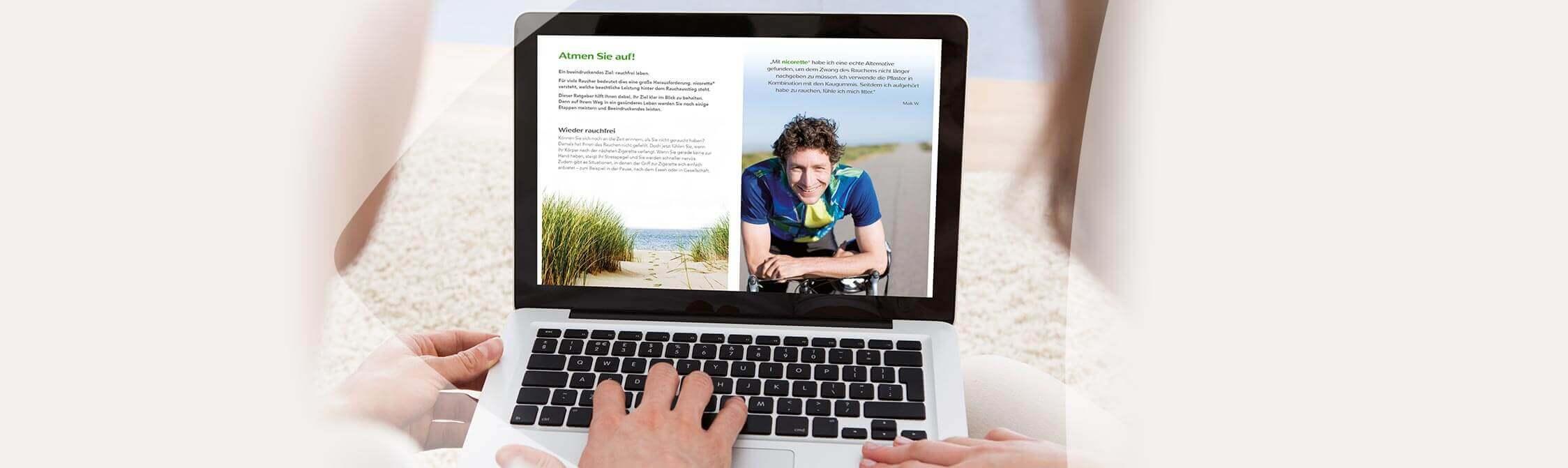 Un couple lit une brochure sur un ordinateur portable