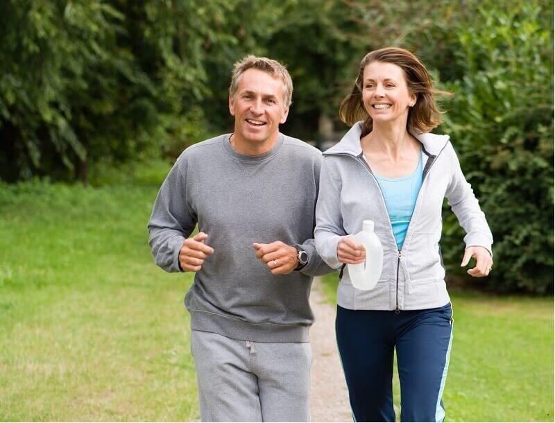 Deux joggeurs courent dans un parc
