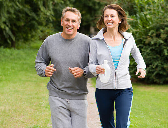 Twee joggers lopen door het park