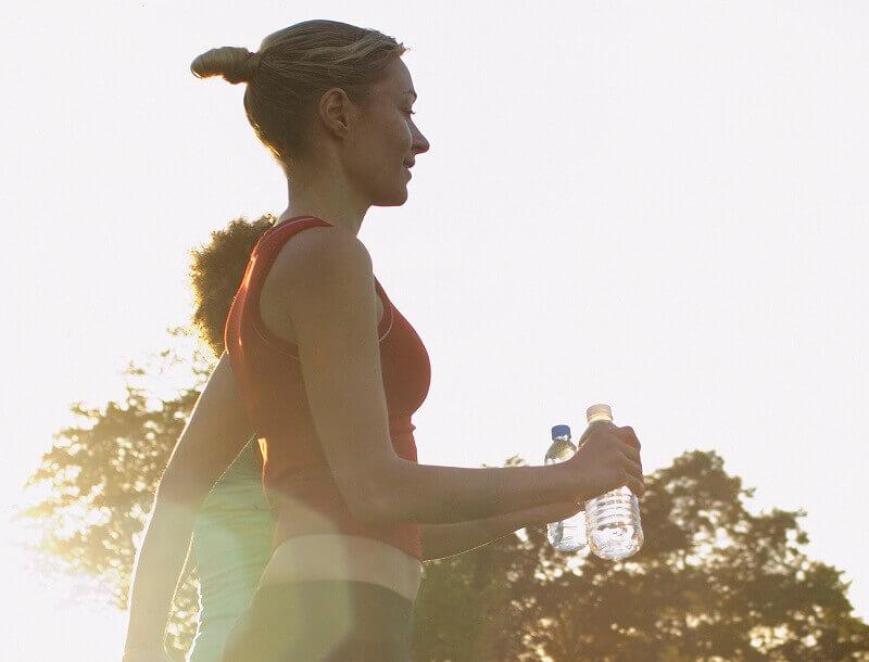 Twee vrouwen joggen in het park