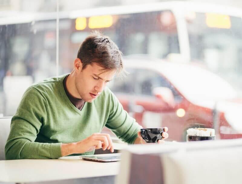 Un homme surfe sur Internet dans un café
