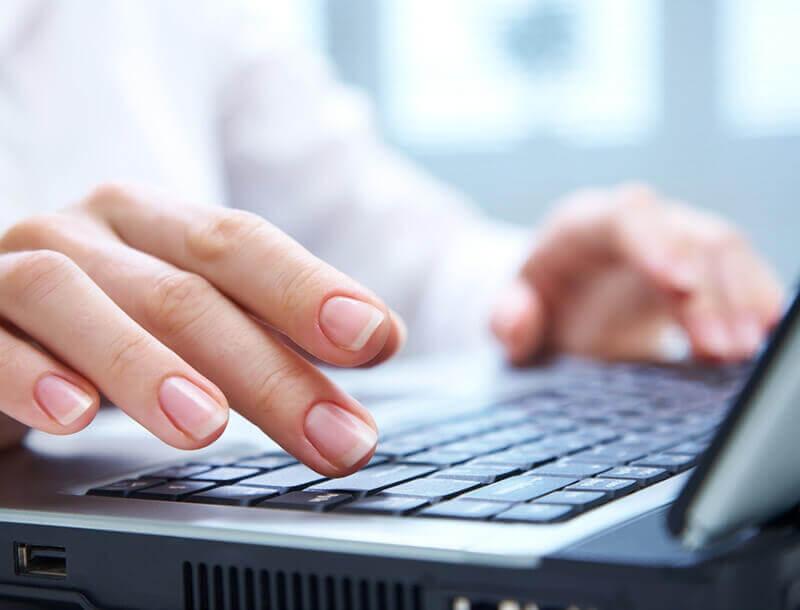 Koppeltje bekijkt brochure op de laptop
